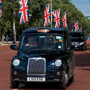 A traditional black Taxi (and modern minivan cab) in London (Photo SuperCar-RoadTrip.fr)